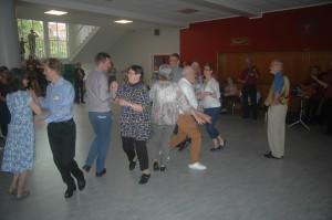 Vi hade vår gemensamma dansuppvisning inomhus, i stället, i Skottegårdsskolans entréhall som ligger i Kastrup.